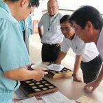 新米の出来栄えを確認する(右から)向後忠信専務、間渕誠一組合長、農産物検査員(8月21日)
