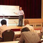 税制改正について説明する冷水顧問税理士(8月9日)