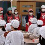 料理の説明を聞く児童